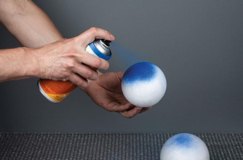 ONE4ALL sprej na vodní bázi lze nanášet přímo na polystyrén - díky jeho bázi polystyren nežere
