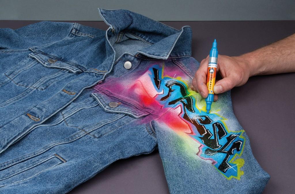 Použití Twin oboustranné ONE4ALL akrylické fixy na jeansové bundě, která je nastříkaná ONE4ALL sprejem