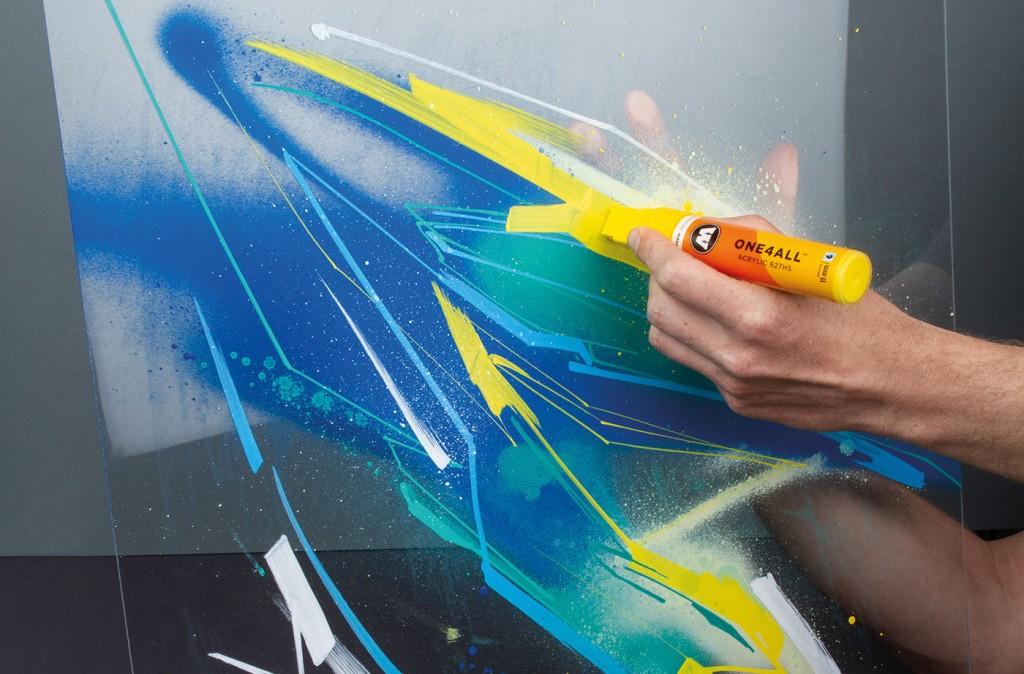Aplikace barvy pomocí ONE4ALL fixy 627HS s rozměrem hrotu 15mm přímo na plexi s nástřikem