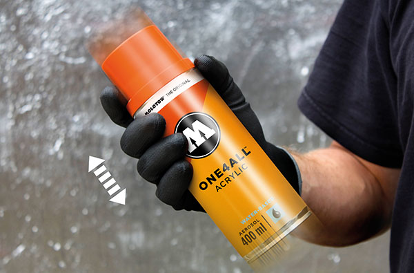 Rozmíchání barvy pomocí míchání spreje ONE4ALL, který obsahuje míchací kuličky uvnitř pro řádné rozmíchání